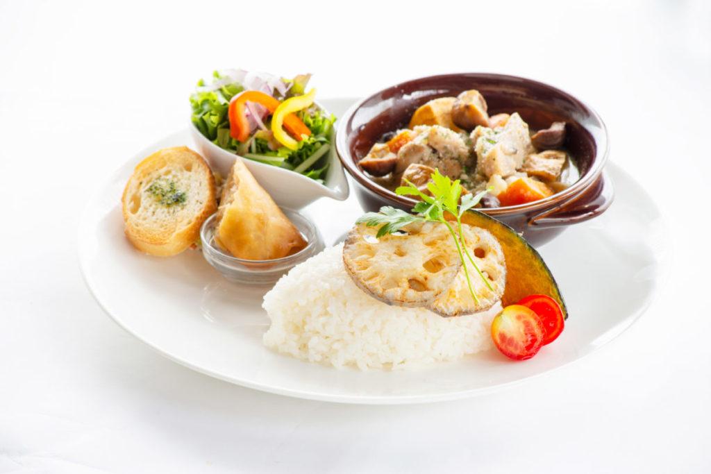 国産鶏もも肉と季節野菜のジンジャークリーム煮込み